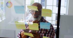 Executivo masculino superior que usa a tabuleta digital 4k video estoque