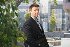 Executivo na frente do prédio de escritórios Imagens de Stock