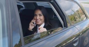 Executivo novo de riso no telefone no carro video estoque