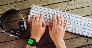 Executivo que datilografa no teclado no escritório na mesa 4k filme