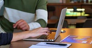 Executivo que discute sobre o portátil no bar 4k do escritório vídeos de arquivo