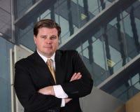 Executivo que está na frente de um prédio de escritórios Foto de Stock