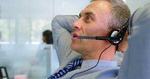 Executivo que fala em auriculares no escritório 4k filme