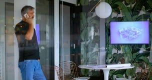 Executivo que fala no telefone celular na sala de reunião 4k filme