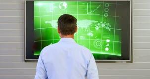 Executivo que olha a tela do lcd no escritório 4k filme