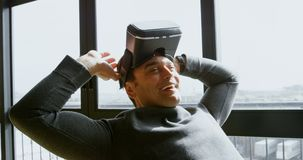 Executivo que remove os auriculares da realidade virtual no escritório 4k video estoque