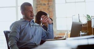Executivo que trabalha na mesa 4k vídeos de arquivo