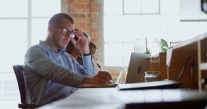 Executivo que trabalha na mesa no escritório 4k vídeos de arquivo