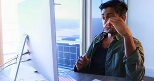 Executivo que trabalha no computador na mesa 4k vídeos de arquivo