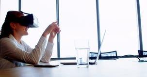Executivo que usa auriculares da realidade virtual vídeos de arquivo