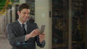 Executivo que usa o telefone celular na sala do servidor ilustração stock