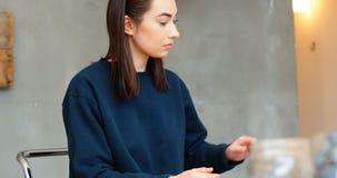Executivo que usa a tabuleta digital ao verificar a laje de pedra filme