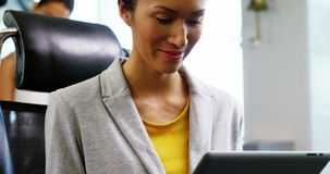 Executivo que usa a tabuleta digital no escritório filme