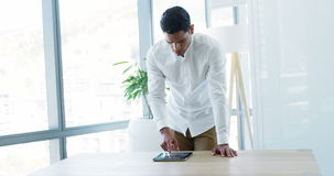 Executivo que usa a tabuleta digital no escritório video estoque