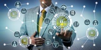 Executivo que usa a telemática de Smartphone em motoristas imagem de stock royalty free