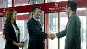 Executivos asiáticos que encontram-se no escritório video estoque