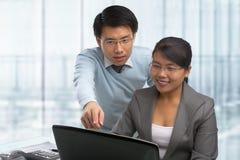 Executivos asiáticos que trabalham junto Foto de Stock Royalty Free