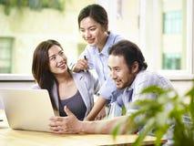 Executivos asiáticos que trabalham junto no escritório fotografia de stock royalty free