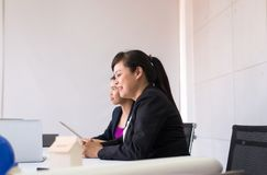Executivos asi?ticos na reuni?o da sala, grupo da equipe que discute junto na confer?ncia no escrit?rio imagem de stock