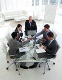 Executivos bem sucedidos que agitam as mãos Fotos de Stock Royalty Free
