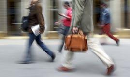 Executivos borrados movimento que andam na rua fotos de stock royalty free