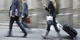 Executivos borrados movimento que andam na rua foto de stock