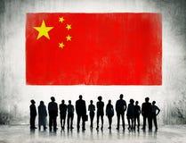 Executivos com a bandeira de China Fotos de Stock Royalty Free