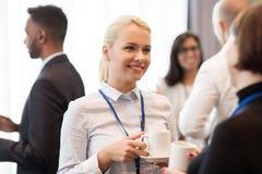 Executivos com crachás e café da conferência Imagens de Stock