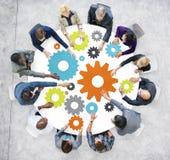 Executivos com engrenagens e conceito dos trabalhos de equipa Fotografia de Stock Royalty Free