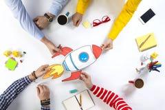 Executivos com foguete startup foto de stock