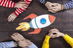 Executivos com foguete startup imagem de stock