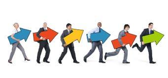 Executivos com o sinal da seta que corre para a frente imagem de stock