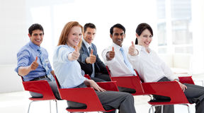 Executivos com polegares acima em uma conferência fotos de stock royalty free