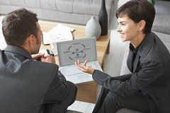 Executivos com portátil