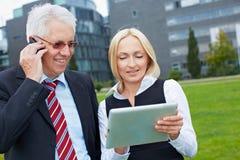 Executivos com smartphone Imagens de Stock Royalty Free