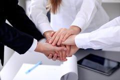 Executivos com suas mãos junto em um círculo Fotos de Stock