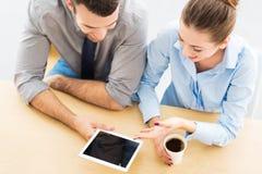 Executivos com tabuleta digital Fotografia de Stock Royalty Free