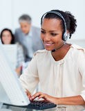 Executivos concentrados que trabalham em computadores Foto de Stock Royalty Free