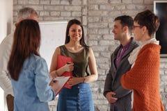 Executivos da discussão do grupo na reunião fotografia de stock royalty free