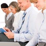 Executivos da entrevista que esperam o relatório do estudo imagens de stock