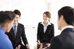 Executivos da reunião de uma comunicação incorporada no escritório Imagem de Stock