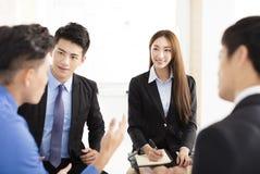 Executivos da reunião de uma comunicação incorporada no escritório Foto de Stock Royalty Free