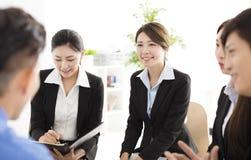 Executivos da reunião de uma comunicação incorporada no escritório Imagens de Stock