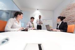 Executivos da sessão de reflexão do grupo e as notas da tomada à boa da aleta Imagens de Stock