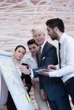 Executivos da sessão de reflexão do grupo e as notas da tomada a flipboar Fotografia de Stock Royalty Free