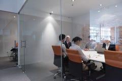 Executivos da sessão de reflexão do grupo na reunião Imagens de Stock