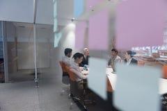Executivos da sessão de reflexão do grupo na reunião Fotos de Stock Royalty Free