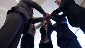 Executivos das mãos de junta do grupo para o conceito da amizade e dos trabalhos de equipe vídeos de arquivo