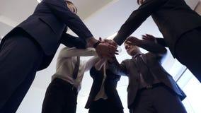 Executivos das m?os de junta do grupo para o conceito da amizade e dos trabalhos de equipe video estoque