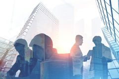 Executivos das silhuetas em uma cidade Imagem de Stock